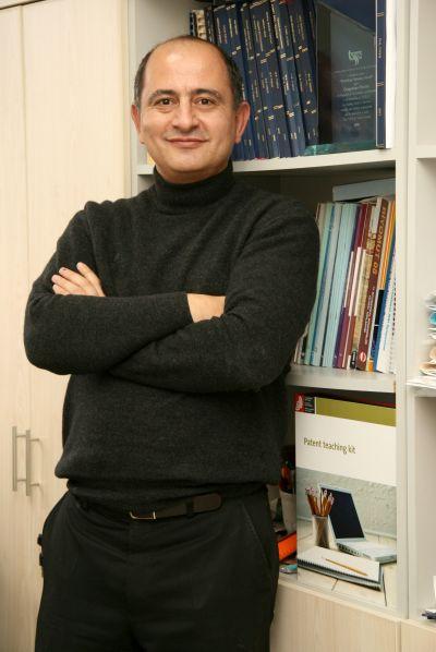 """İnovita Proje Koordinatörü Prof. Dr. Cengizhan Öztürk, """"Kurduğumuz Sağlık Teknolojileri Kuluçka Merkezi bünyesinde fikir aşamasındaki projeleri de, ürünleri piyasada var olan firmaların yeni girişimlerini de destekliyoruz"""" diyor."""