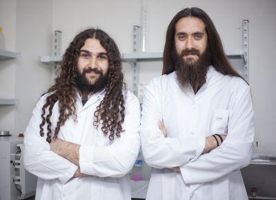 Biyomühendislik öğrencisi Arda Deniz Dokuzoğlu ve nörobiyolog Arda Örçen, geçen yıl Yıldız Teknoparkı'nda kurdukları laboratuvarda genetik işlemleri kolayca gerçekleştirmek için GeenOS adını verdikleri bir sistem geliştirmişler...